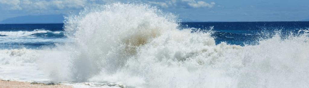 ola-rompiendo-orilla
